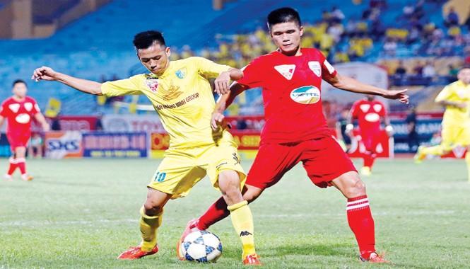 Thanh Hoá (phải) đánh mất ngôi đầu sau trận thua T&T Hà Nội chiều qua. Ảnh: Như Ý