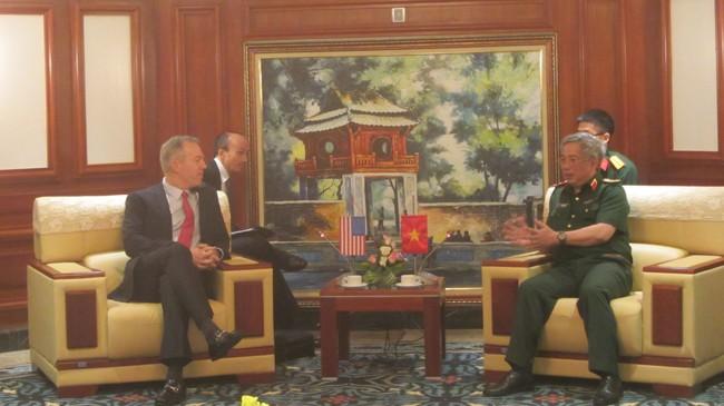 Thứ trưởng Quốc phòng Nguyễn Chí Vịnh và Đại sứ Mỹ Ted Osius trong cuộc gặp riêng trước hội thảo. Ảnh: Trúc Quỳnh