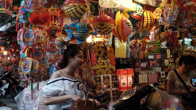Đèn lồng Việt được bày bán nhiều ở mặt tiền nhiều cửa hàng trên phố Hàng Mã (Hà Nội)