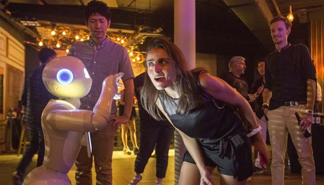 Robot Pepper đang tương tác với khách tại triển lãm sáng tạo châu Á. Ảnh: Getty Images