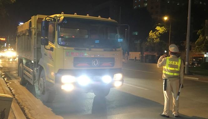 CSGT cắm chốt xe tải trên đường Nguyễn Chí Thanh đoạn gần hồ Ngọc Khánh những ngày qua. Ảnh: AT