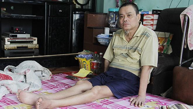 Ông Võ Ngọc Minh (phường Hòa Hiệp Nam, Liên Chiểu) bệnh tật mất sức lao động, nay bế tắc trước món nợ từ gần 20 năm trước. Ảnh: Thanh Trần