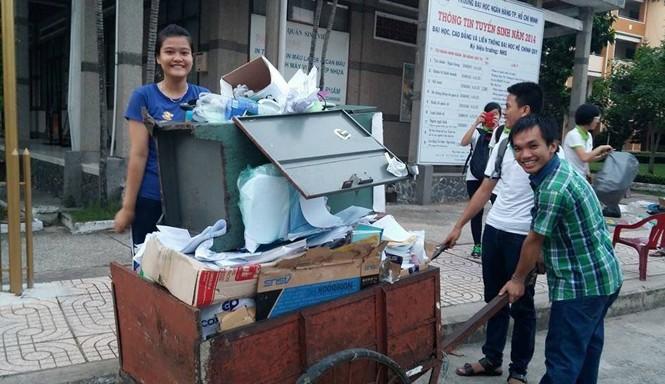 Các tình nguyện viên nhóm Mầm xanh nhặt ve chai gây quỹ từ thiện.