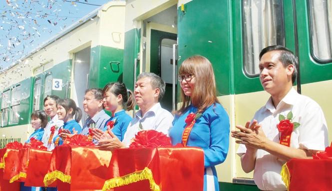 Ông Trần Ngọc Thành - Chủ tịch HÐTV ÐSVN (thứ 3 từ phải qua) cắt băng, chính thức đưa tuyến đường sắt Hà Nội - Ðồng Ðăng vào hoạt động. Ảnh: Bảo An