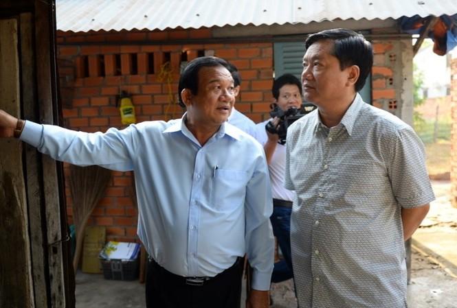 Ông Đinh La Thăng đi thăm căn nhà của bà Oanh và yêu cầu lãnh đạo Củ Chi sớm sửa lại nhà đã xuống cấp cho bà. Ảnh: Tuổi Trẻ