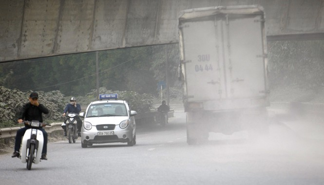 Bụi mịt mù trên đường Nguyễn Khoái, Hà Nội (ảnh chụp lúc 16h ngày 3/3). Ảnh: Như Ý