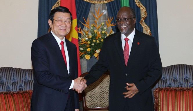 Tổng thống Tanzania John Magufuli đón Chủ tịch nước Trương Tấn Sang. Ảnh: TTXVN