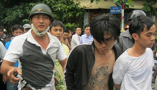 """""""Hiệp sĩ"""" Minh Tiến (trái) khống chế đối tượng cướp giật."""