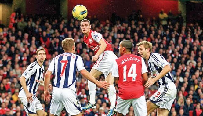 Một pha bóng trong trận Arsenal gặp West Bromwich 2016.