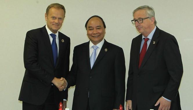Sáng 27/5, tại Nhật Bản, Thủ tướng Nguyễn Xuân Phúc gặp Chủ tịch Ủy ban châu Âu Jean-Claude Juncker và Chủ tịch Hội đồng châu Âu Donald Tusk. Ảnh: TTXVN