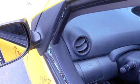 Xe taxi của anh Huy bị đập bể kính.