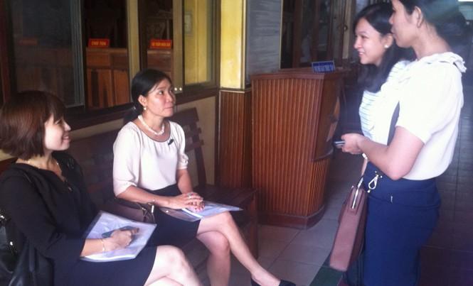 Tiến sỹ Vũ Thị Nhuận (thứ hai từ trái) ở TAND quận Ninh Kiều giữa các nhà báo sáng 20/6. Ảnh: Sáu Nghệ