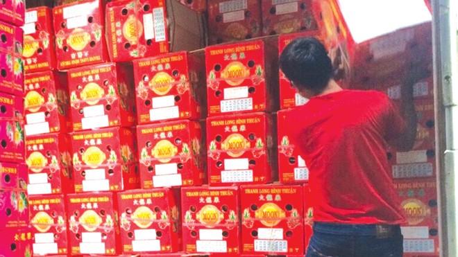 Sợ trái cây hỏng, nhiều chủ hàng phải bán đổ bán tháo cho thương lái.