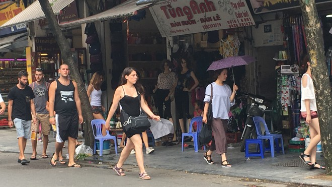 Hàng quán tràn ra chiếm vỉa hè khiến du khách phải đi bộ dưới lòng đường. Ảnh chụp ngày 27/7 trên phố Hàng Đào. Ảnh: Hà Thanh