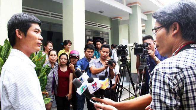 Người hùng Phan Văn Bắc trong vòng vây của báo chí và người dân.