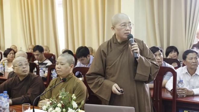 Ni sư Thích Đàm Kiên (bìa trái, ngồi) tham dự lễ bảo vệ của em gái - ni sư Thích Đàm Lan (người đứng). Ảnh: Nguồn Internet