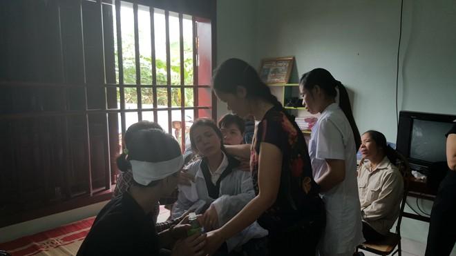 Chị Vũ Thị Oanh (chị gái chị Thanh, mẹ cháu Vũ Khánh Huyền, SN 2013) gào khóc gọi tên con.