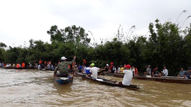 Lực lượng chức năng và cả làng Vinh Quang nỗ lực tìm kiếm nữ sinh mất tích.