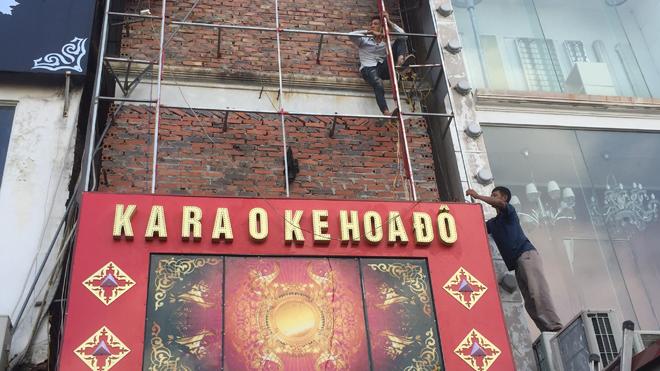 UBND quận Cầu Giấy đã yêu cầu toàn bộ các quán karaoke trên địa bàn dừng hoạt động, tháo dỡ biển hiệu sai quy định. Ảnh: Nguyễn Hoàn