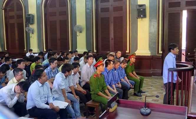 """Các bị cáo đường dây đánh bạc """"người dệt mộng"""" hầu tòa ngày 25/11. Ảnh: Tân Châu"""
