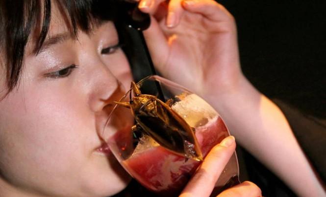 Một phụ nữ uống loại cocktail chứa dịch của côn trùng trong một quán bar ở Tokyo hôm 12/2. Ảnh: Getty Images