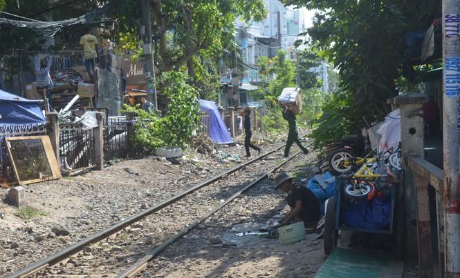 Người dân phá rào đường sắt làm lối đi tắt