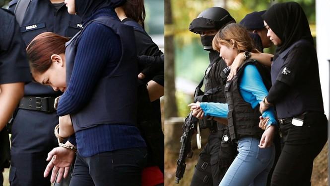 Dẫn giải hai nghi phạm Đoàn Thị Hương và Siti Aisyah. Ảnh: Getty Images.