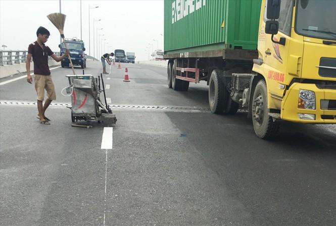 Cầu vượt Long Biên, một trong 7 dự án BT tại Hà Nội vừa hoàn thành đã hư hỏng mặt cầu.