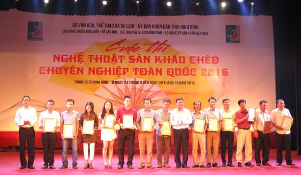 Cuộc thi nào cũng có rất nhiều người nhận giải thưởng.