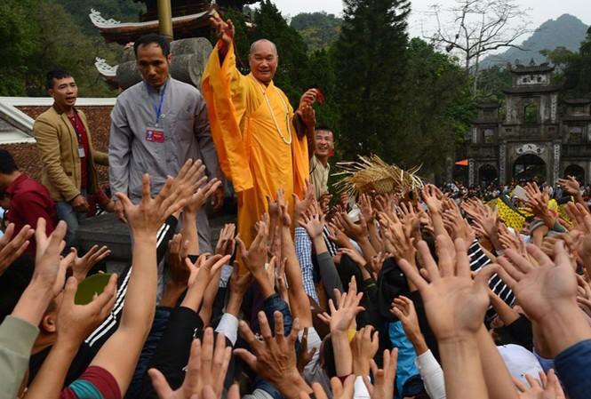 Du khách chen lấn, cướp lộc tại lễ hội Chùa Hương năm 2017.