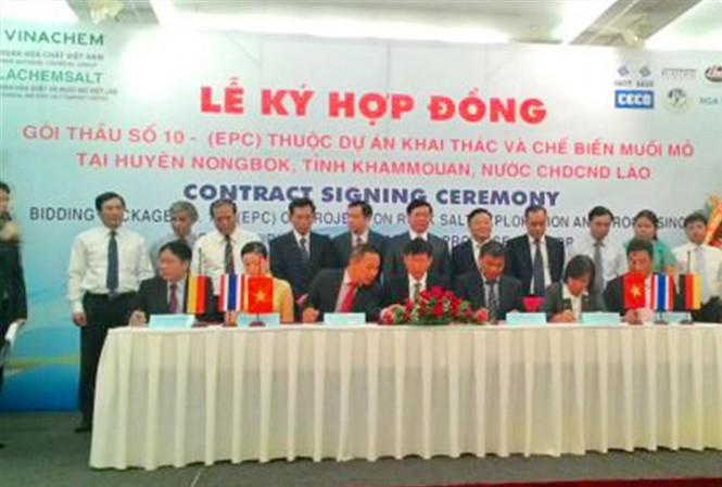 Tập đoàn Hóa chất Việt Nam (Vinachem) và Công ty TNHH Hóa chất và Muối mỏ Việt Lào (Vilachemsalt) cùng các thành viên ký kết hợp đồng gói thầu số 10 - EPC thuộc Dự án khai thác và chế biến muối mỏ tại huyện Nongbok, tỉnh Khammonane, Lào ngày 12/8/2015.