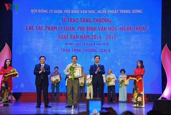 Hội đồng Lý luận Phê bình Văn học, nghệ thuật Trung ương tặng 28 tác phẩm lý luận  và phê bình xuất bản 2016-2017. Ảnh: Hà Phương.
