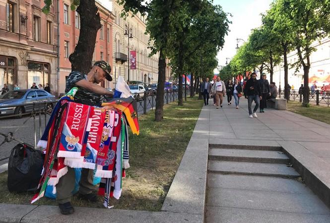 Một người bán hàng rong trên đường phố Moscow. Do quy định, người bán hàng rong trên phố thường không đủ điều kiện để được kinh doanh những sản phẩm có nhãn mác hoặc hình ảnh World cup 2018. Ảnh N.P.