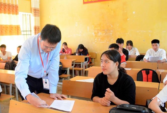 Thứ trưởng Bộ GD&ĐT Lê Hải An động viên học sinh đang ôn thi tại Cao Bằng. Ảnh: N.H