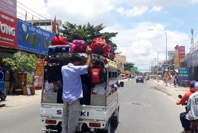 Những chuyến xe đưa đón nhồi nhét học sinh tại TPHCM. Ảnh: Ngọc Hân