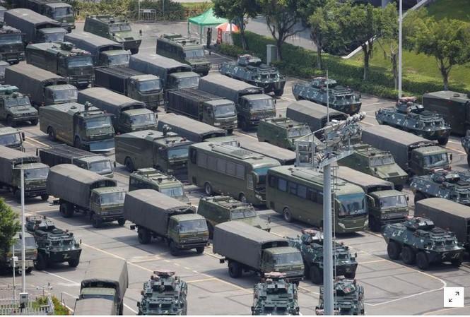Xe quân sự bên ngoài Trung tâm thể thao Shenzhen Bay ở thành phố Thâm Quyến. Ảnh: Reuters