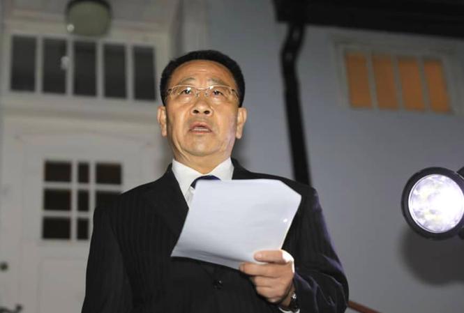 Trưởng đoàn đàm phán Triều Tiên Kim Miyong Gil phát biểu với báo chí trước Đại sứ quán Triều Tiên ở Stockholm hôm 5/10. Ảnh: Yonhap