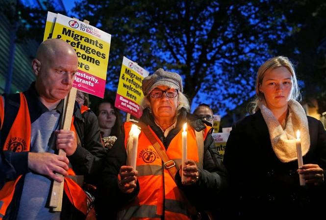 Lễ tưởng niệm 39 người chết trong xe tải ở hạt Essex diễn ra bên ngoài trụ sở Bộ Nội vụ Anh ở thủ đô LondonẢnh: PA