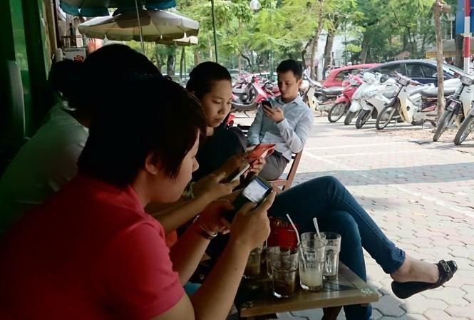 Hầu hết thanh niên trẻ hiện nay đều dùng điện thoại để lướt mạng xã hội (ảnh minh họa) Ảnh: Nhật Minh