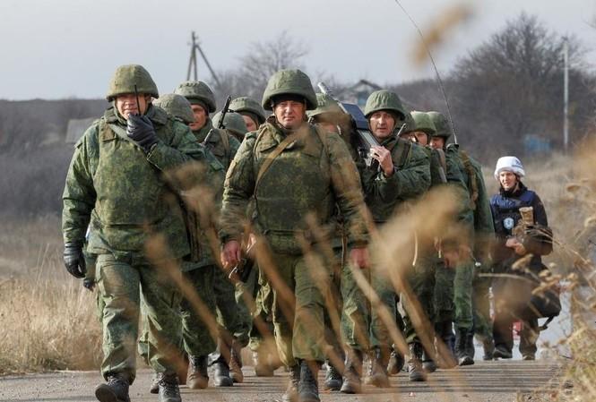 """Quân nhân thuộc """"Cộng hòa nhân dân Donetsk"""" tự xưng hành quân gần làng Petrovskoye hôm 9/11 Ảnh: Reuters"""