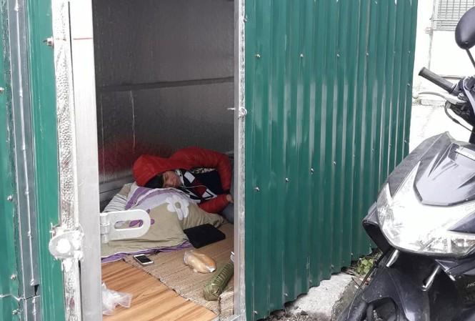 Chị Hoa và con phải sống tạm trong một nhà quây tôn sau khi bị cưỡng chế