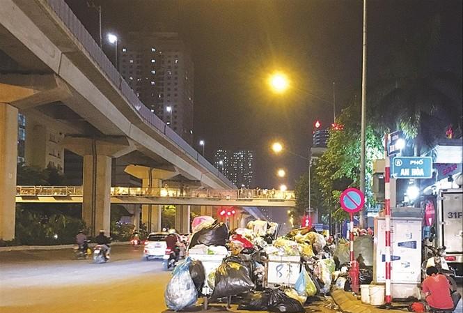 Công ty Minh Quân tập kết rác thải gây cản trở giao thông tại Hà ĐôngẢnh: Ngọc Hải