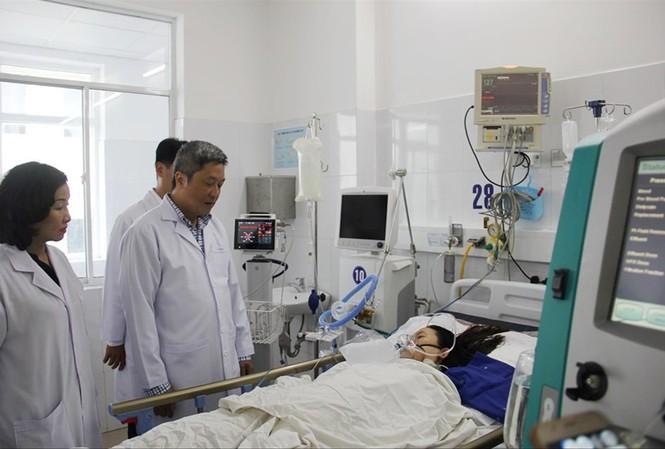 Thứ trưởng Bộ Y tế Nguyễn Trường Sơn thăm sản phụ N.T.H đang điều trị tại bệnh viện  Đà Nẵng Ảnh: T.T