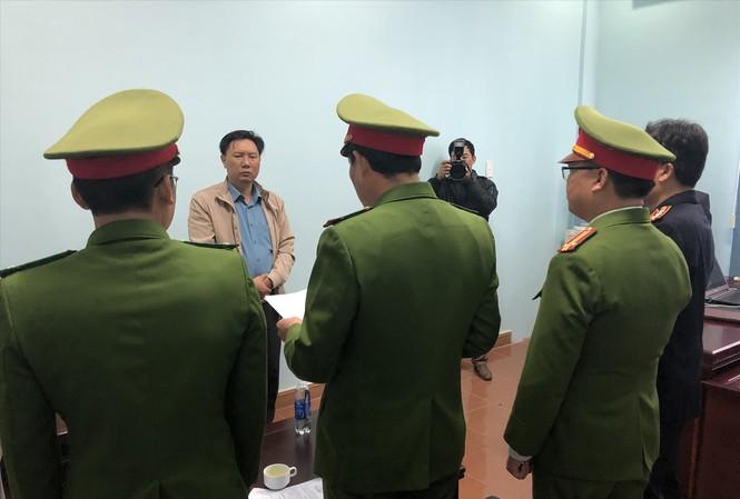 Công an đọc lệnh khởi tố và bắt giam đối với ông Lê Anh Tuân (phó giám đốc) tại trụ sở làm việc