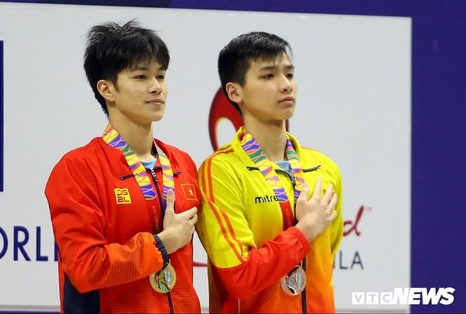 Kim Sơn (phải) nhận HCĐ cự ly 400m hỗn hợp cá nhân. Ảnh: VTCnews