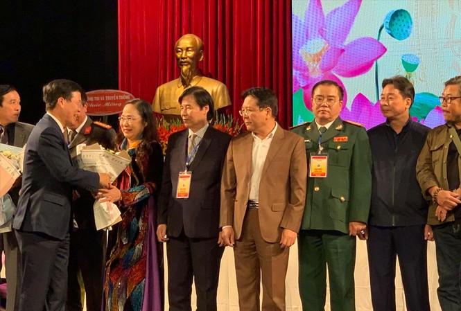 Trưởng Ban Tuyên giáo Trung ương Võ Văn Thưởng tặng hoa tân Chủ tịch Hội, NSND Trịnh Thúy Mùi  Ảnh: KỲ SƠN