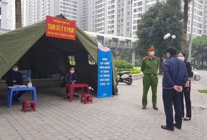 Chốt xử lý vi phạm tại phường Vĩnh Tuy (Hà Nội)