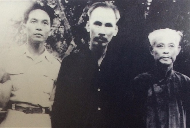 Chủ tịch Hồ Chí Minh, cụ Bùi Bằng Đoàn và đồng chí Võ Nguyên Giáp. Ảnh tư liệu