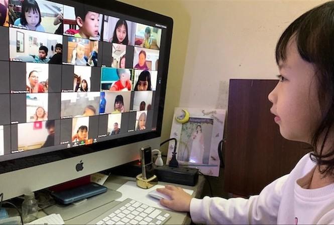 Học sinh nhỏ tuổi học trực tuyến rất khó khăn. Ảnh: Như Ý