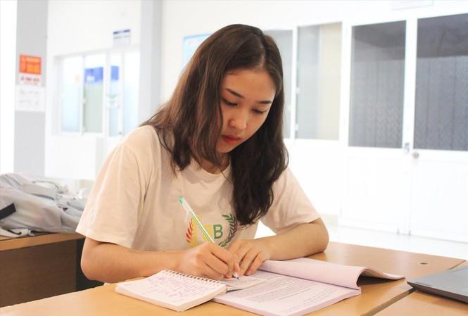 Ngoài giờ lên lớp, Đào Thị Xoan vẫn dành nhiều thời gian tự học. Ảnh: Giang Thanh